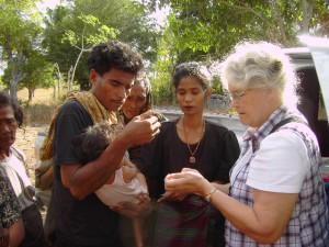 Marion deelt malariapillen uit