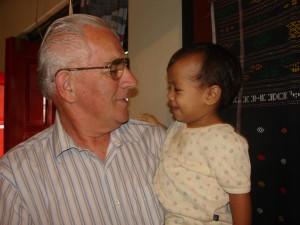 Bill met een kind uit het kindertehuis